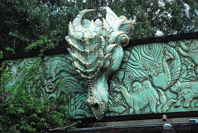 Dragon_Statue_entrance