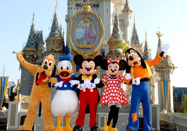 DisneyWorld_MickeyGang_Castle-567e85275f9b586a9eb6b098