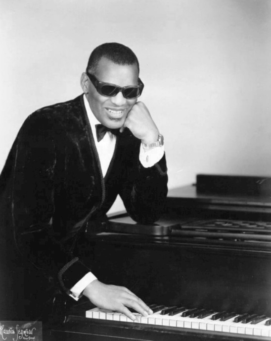 Ray_Charles_classic_piano_pose